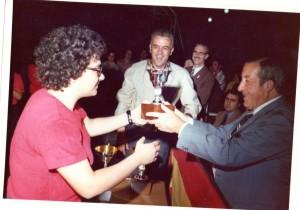 Antoni-Cardona-lliurant-el-trofeu-JM-Cardona